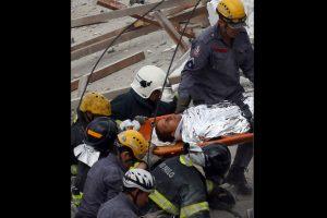 Ferido é resgatado pelo corpo de bombeiros| Nacho Doce/ Reuters