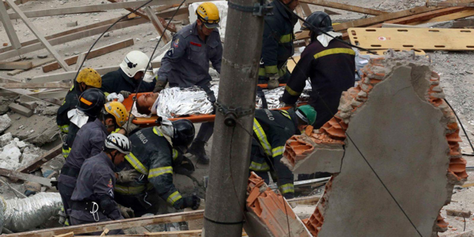 Segundo o Bombeiros, pessoas ficaram presas nos escombros e outras foram atingidas na rua | Nacho Doce/ Reuters