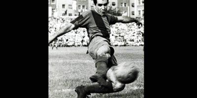 Evaristo brilhou nos dois. Após se destacar no Flamengo no início dos anos 50, o atacante foi contratado pelo Barcelona em 1957. Na Catalunha, se tornou ídolo ao participar de diversas conquistas nacionais e europeias. Em 1962, deixou o Barcelona, onde fez 178 gols em 226 jogos, e acertou com o Real Madrid. No time da capital, Evaristo teve diversas lesões e pouco atuou até 1965. Mesmo assim, foi um dos poucos jogadores que conseguiram ser idolatrados pelas duas torcidas | Reprodução