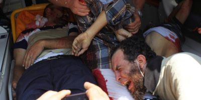 Forças de segurança egípcias usam violenta repressão para dispersar os partidários do presidente destituído Mohamed Mursi. Pôster do presidente aparece pendurado em trator | Mohamed Abd El Ghany / Reuters