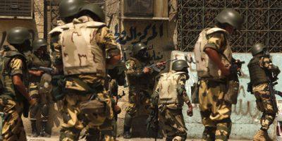 Forças de segurança egípcias usam violenta repressão para dispersar os partidários do presidente destituído Mohamed Mursi. Bandeiras egípcias são asteadas durante protesto | Murad Sezer / Reuters