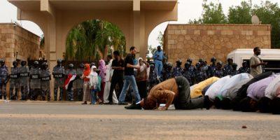 Forças de segurança egípcias usam violenta repressão para dispersar os partidários do presidente destituído Mohamed Mursi. | Asmaa Waguih / Reuters