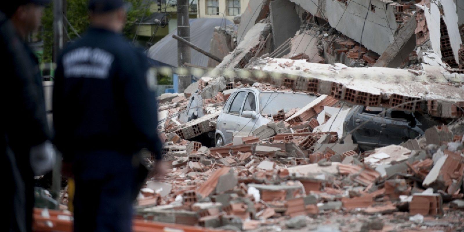 Carro é encontrado no meio dos destroços do desabamento |Marcelo Camargo/ABr sao mateus