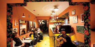 """Eliana Gouveia e Anna Carolina são """"as duas"""" proprietárias e chefs deste simpático restaurante. A proposta é servir """"comidinha de mãe"""", em um ambiente preparado para acomodar 38 pessoas. O cardápio muda diariamente. R. Joaquim Eugênio de Lima, 1.537, Jd. Paulista, tel.: 2389-1537. Seg., 11h30 às 15h30; ter. a sex., 11h30 às 23h; sáb., 11h30 às 19h. Capac.: 38 pessoas."""