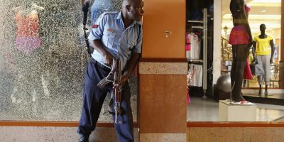 A police officer tries to secure an area inside the Westgate Shopping Centre where gunmen went on a shooting spree in Nairobi. Imagen Por: A police officer tries to secure an area inside the Westgate Shopping Centre where gunmen went on a shooting spree in Nairobi September 21, 2013. The gunmen stormed the shopping mall in Nairobi on Saturday killing at least 20 people in what Kenya