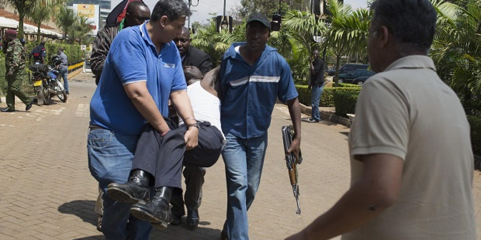 An injured man is carried out of Westgate Shopping Centre where gunmen went on a shooting spree, in Nairobi. Imagen Por: An injured man (C) is carried out of Westgate Shopping Centre where gunmen went on a shooting spree, in Nairobi September 21, 2013. The gunmen stormed the shopping mall in Nairobi on Saturday killing at least 20 people in what Kenya