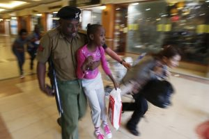 A soldier carries a child to safety as armed police hunt gunmen who went on a shooting spree at Westgate shopping centre in Nairobi. Imagen Por: A soldier carries a child to safety as armed police hunt gunmen who went on a shooting spree at Westgate shopping centre in Nairobi, September 21, 2013. The gunmen stormed the shopping mall in Nairobi on Saturday killing at least 20 people in what Kenya