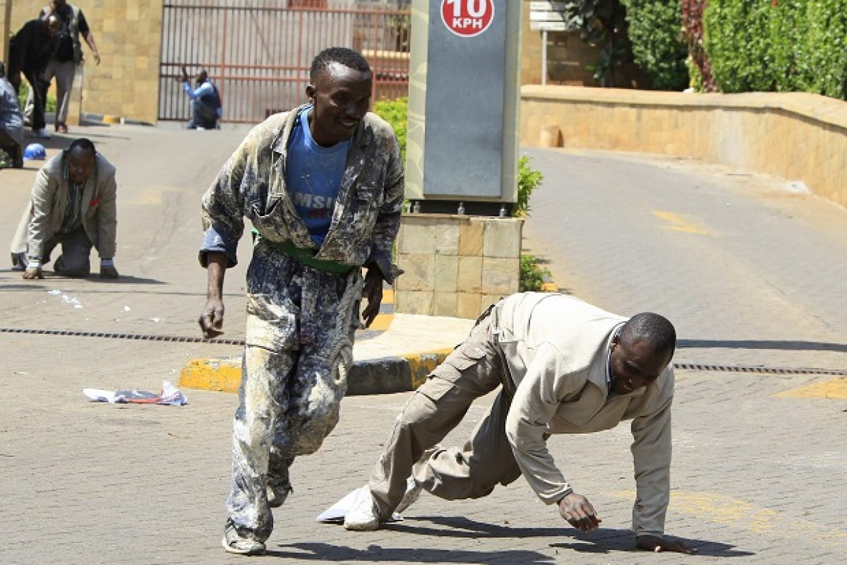 Construction workers run following a shootout between unidentified armed men and the police at the Westgate shopping mall in Nairobi. Imagen Por: Construction workers run following a shootout between unidentified armed men and the police at the Westgate shopping mall in Nairobi September 21, 2013. Gunmen stormed the shopping mall in the Kenyan capital on Saturday killing at least 15 people, according to the Kenyan Red Cross, and sending scores fleeing into shops, a cinema and onto the streets seeking safety. REUTERS/Noor Khamis (KENYA - Tags: CIVIL UNREST)