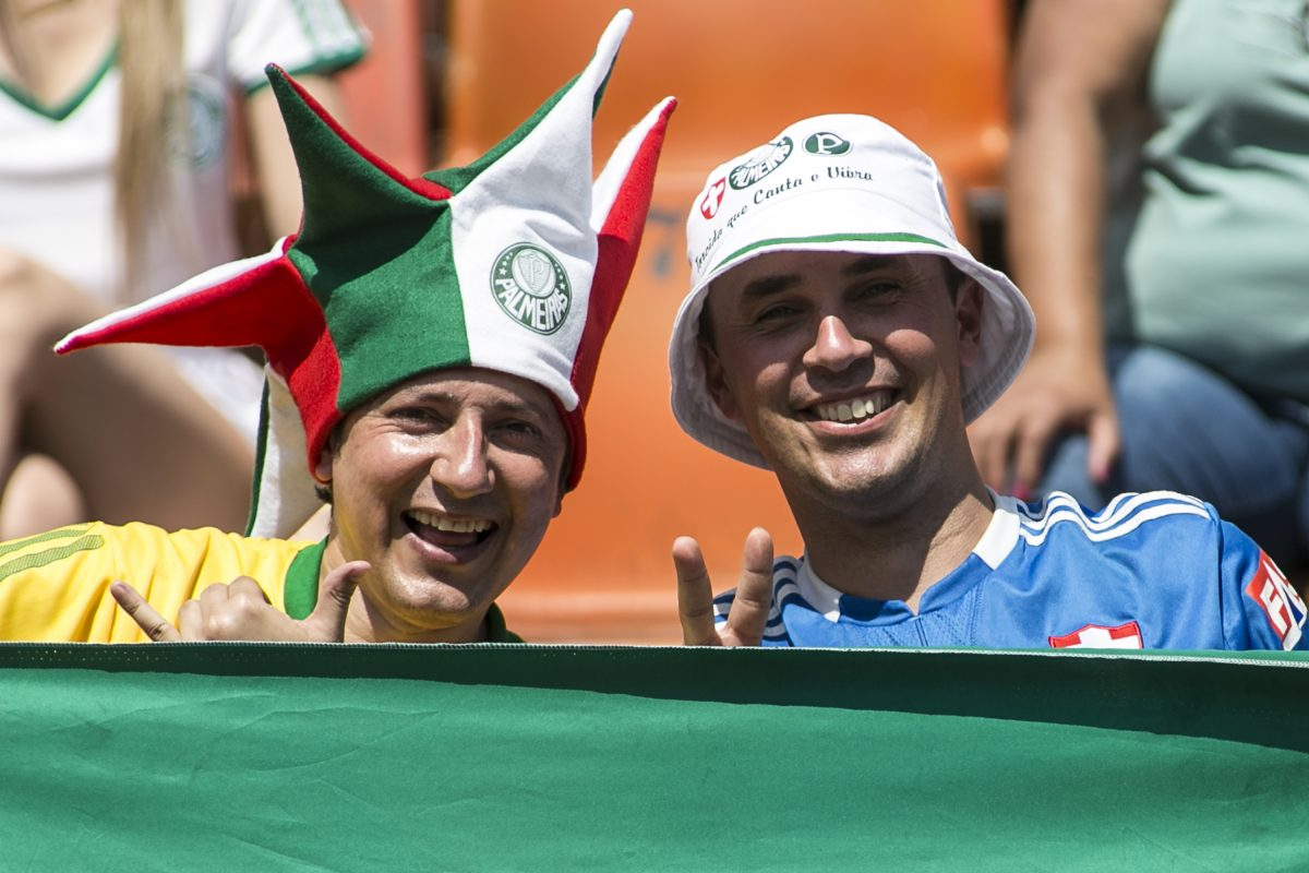 Palmeiras v Sao Caetano – Brazilian Series B 2013. Imagen Por: SAO PAULO, BRAZIL - OCTOBER 26: Palmeiras fans watch the match between Palmeiras and Sao Caetano for the Brazilian Series B 2013 at Pacaembu stadium on October 26, 2013 in Sao Paulo, Brazil. (Photo by Daniel Vorley/Getty Images)
