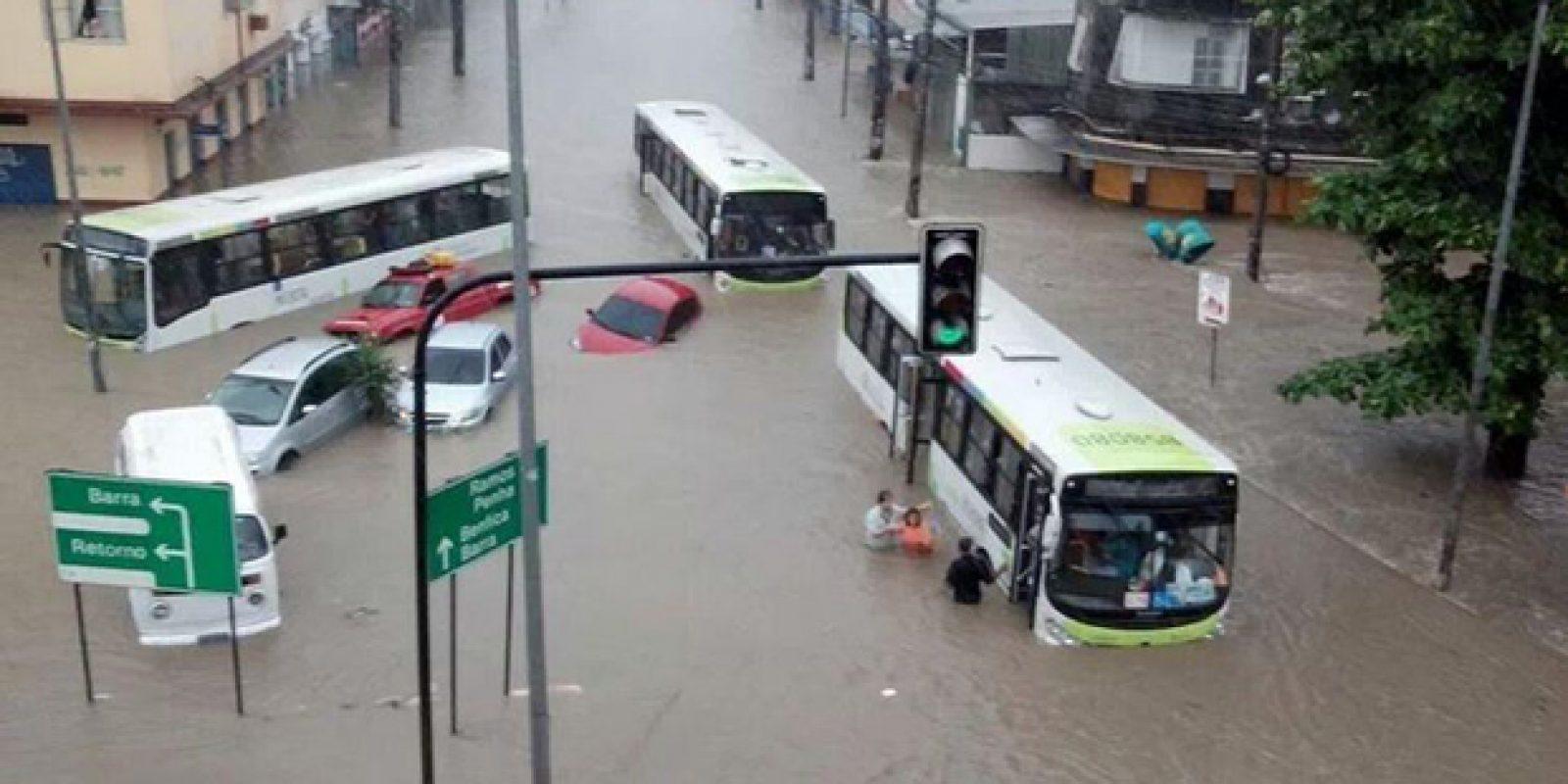ônibus-parados-em-alagamento-de-bonsucesso-chuva-rio-de-janeiro-Elaine-Christina-Ouvinte-Band-News-Fluminense-FM