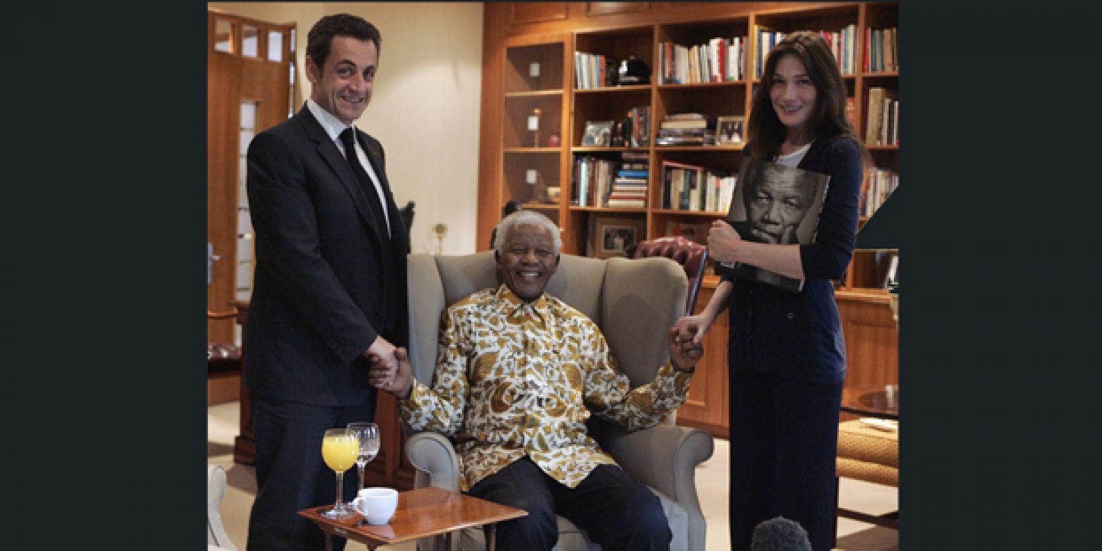 O ex-presidente Nicolas Sarkozy e a mulher dele Carla Bruni com o ex-presidente sul-africano Nelson Mandela em registro de 2008, em Joanesburgo | Remy de la Mauviniere/Reuters
