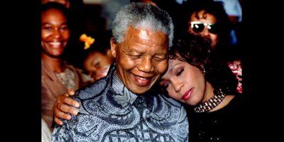 Imagem de 1994 mostra o então presidente Nelson Mandela com a cantora pop Whitney Houston (1963-2012) na cidade de Pretoria |Juda Ngwenya/Reuters