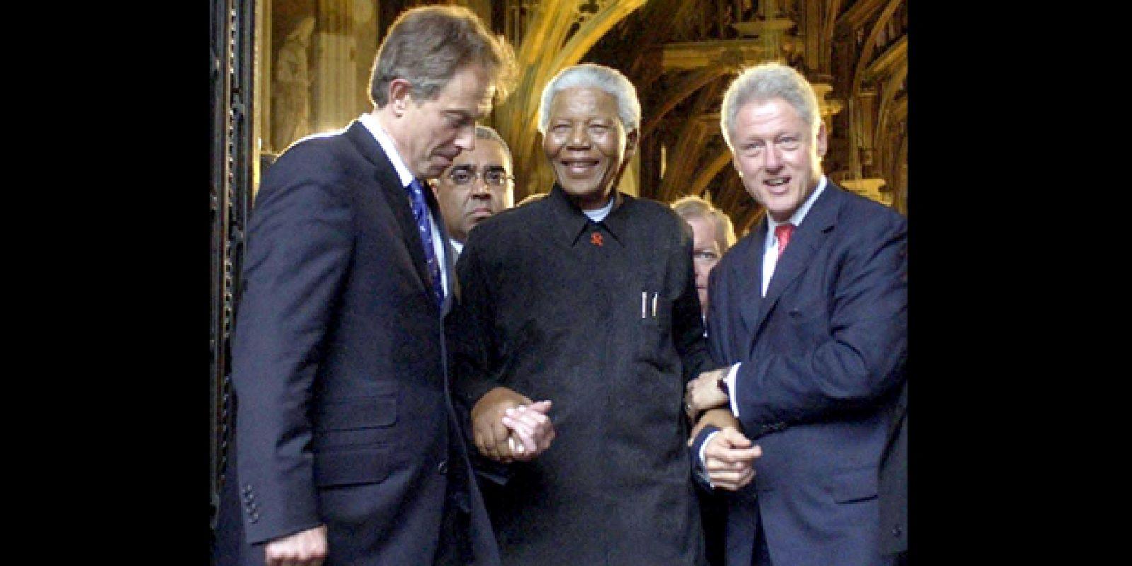 Registro de 2003 com o ex-presidente da África do Sul Nelson Mandela, Tony Blair, ex-primeiro-ministro britânico, e Bill Clinton, ex-presidente norte-americano, após jantar de gala em Londres, na Inglaterra | Chris Young/Reuters