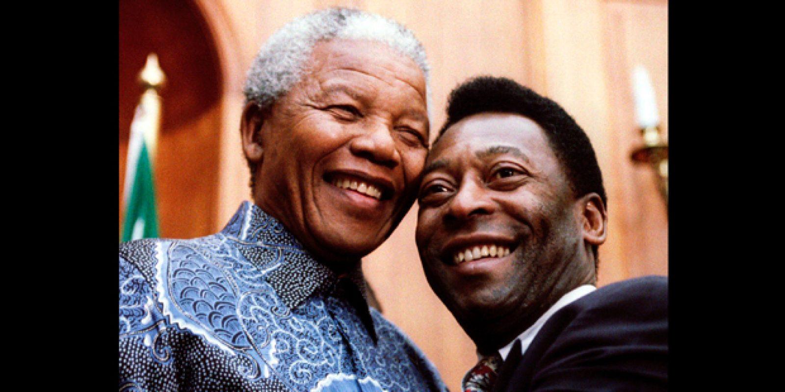 O então presidente sul-africano Nelson Mandela com Pelé, na época ministro dos Esportes, em março de 1995, em Pretoria | Juda Ngwenya/Reuters