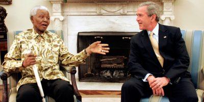 Imagem de maio de 2005 mostra Nelson Mandela, ex-presidente da África do Sul, com o então presidente dos EUA, George W. Bush, no Salão Oval da Casa Branca |Kevin Lamarque/Reuters