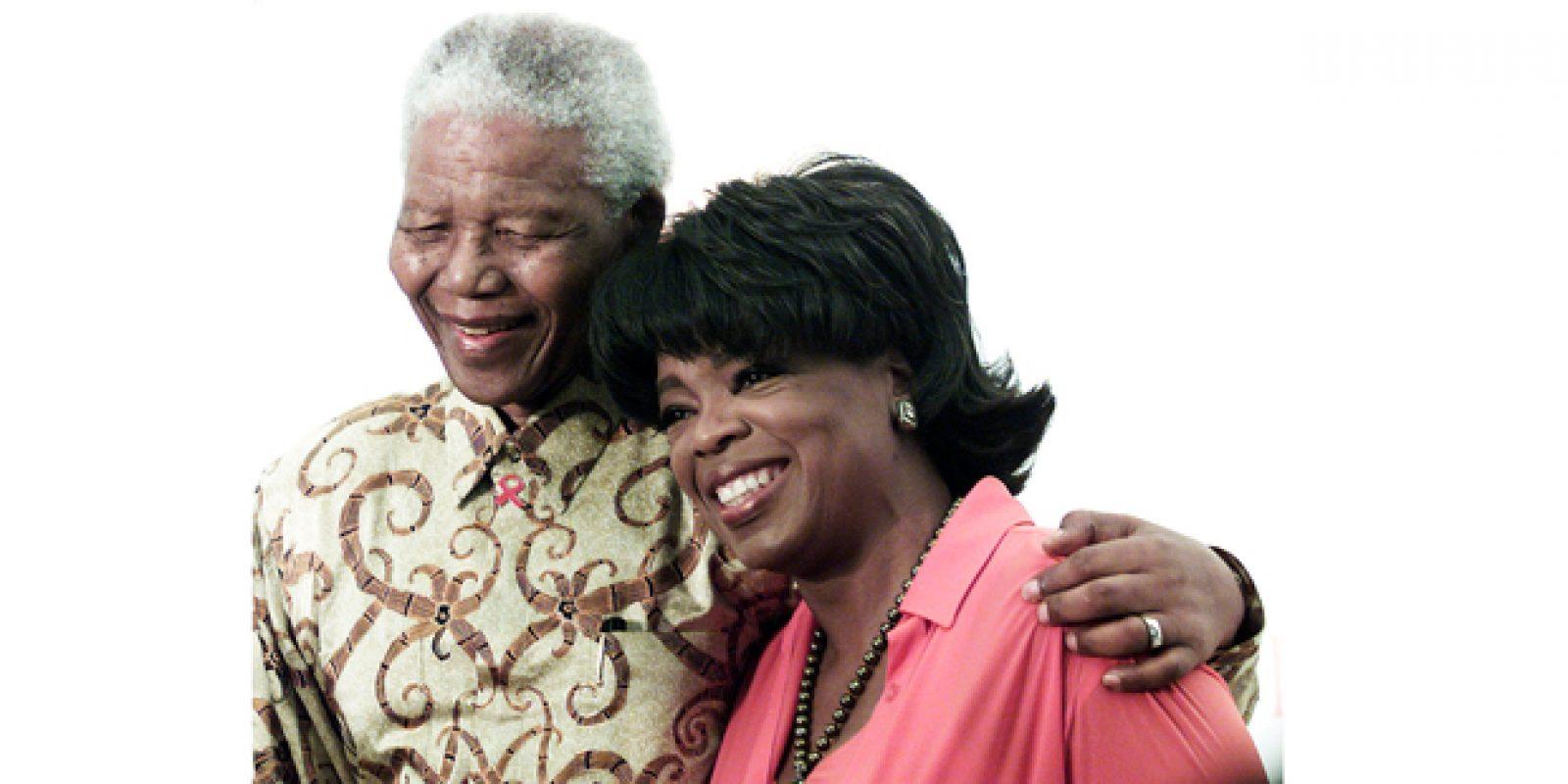 O ex-presidente Nelson Mandela com a apresentadora Oprah Winfrey, em Joanesburgo, em registro de 2002 | Juda Ngwenya/Reuters