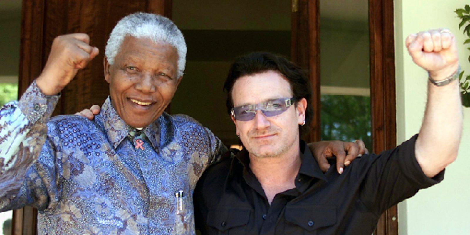 Imagem de 2002 mostra o ex-presidente Nelson Mandela e o cantor irlandês Bono após encontro em Joanesburgo | Juda Ngwenya/Reuters