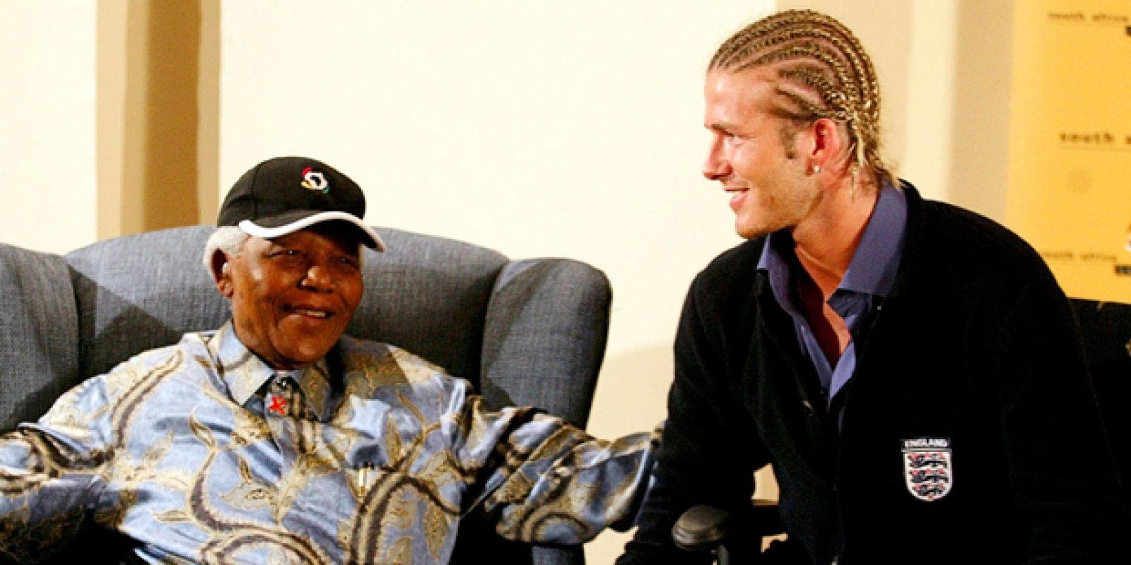 Em imagem de 2003, o ex-presidente sul-africano Nelson Mandela conversa com o capitão da seleção inglesa David Beckham, no escritório da Fundação Nelson Mandela, em Joanesburgo | Juda Ngwenya/Reuters