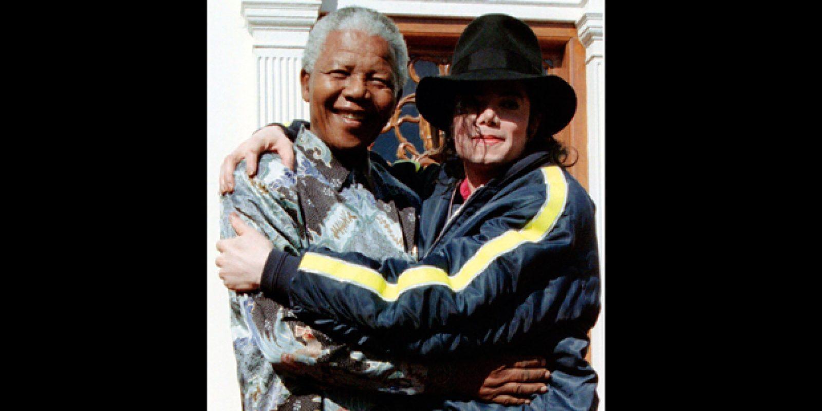 Em registro de 1996, o então presidente sul-africano Nelson Mandela abraça o cantor pop Michael Jackson (1958-2009) após encontro na Cidade do Cabo | Patrick de Noirmont/Reuters