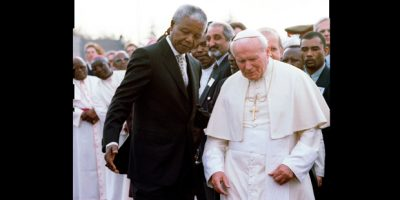 Imagem de 1995 com Nelson Mandela, na época presidente da África do Sul, com o papa João Paulo 2º, após encontro no aeroporto internacional de Joanesburgo |Patrick De Noirmont/Reuters