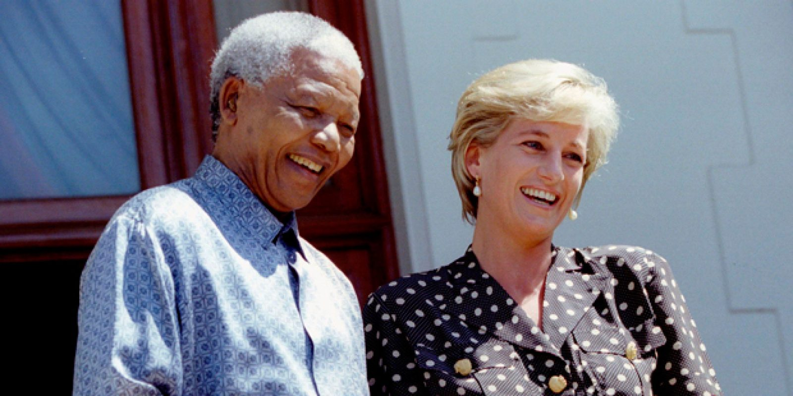 A princesa Diana (1961-1997) após encontro com o então presidente sul-africano Nelson Mandela na Cidade do Cabo, em 1997 | Reuters
