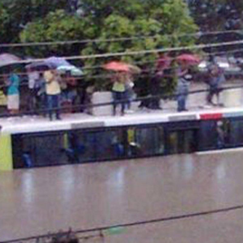 Passageiros-ficam-em-cima-de-um-ônibus-na-Rua-Quilombo-na-Pavuna-Marcelo-Inacio-Ouvinte-Bandnews-Fluminense-FM