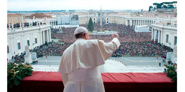 Papa Francisco saúda da multidão na praça de São Pedro | Observatore Romano/Reuters