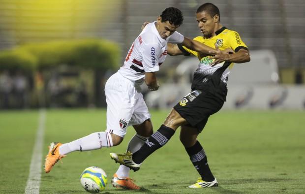 Ganso disputa jogada com Dudu no empate entre São Bernardo e São Paulo | Miguel Schincariol/Folhapress