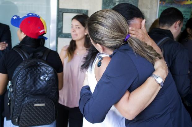 Parentes da miss Genesis Carmona, que morreu com um tiro durante os protestos contra o governo na Venezuela | Marco Bello/Reuters