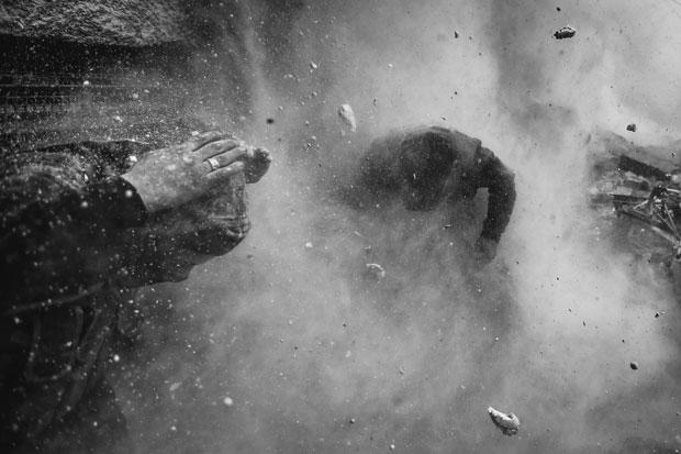 Noticiário. Caos explosivo da guerra na Síria é congelado. O fotógrafo sérvio Goran Tomasevic, da Reuters, venceu a categoria Noticiário com uma série sobre o conflito sírio. A imagem mostra rebeldes se protegendo de detritos e estilhaços após serem atingidos por um tanque em um bombardeio em Ain Tarma, na cidade de Damasco | Goran Tomasevic/Reuters