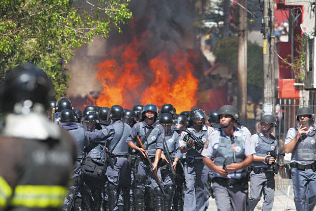Cerca de 120 policias entraram em confronto com invasores que se recusavam a deixar conjunto habitacional | Mario Angelo/Sigmapress/Folhapress