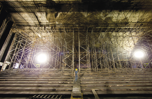 Profissional do IPT faz registros fotográficos e desenhos esquemáticos da estrutura do auditório | André Porto/Metro