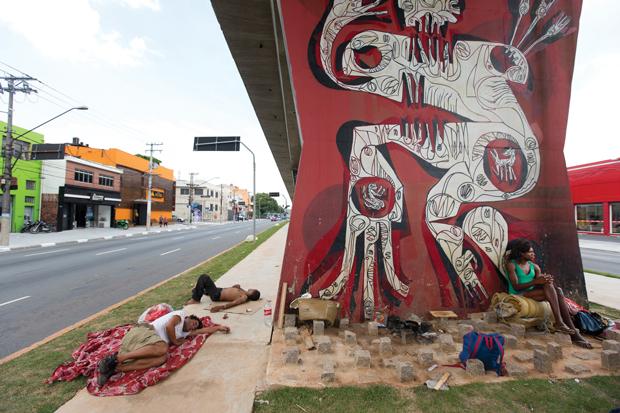 Paralelepípedos impedem que moradores de rua se instalem junto às pilastras | André Porto/Metro