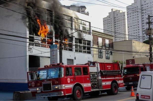 O incêndio começou por volta das 6h30 | Marco Ambrosio/Folhapres