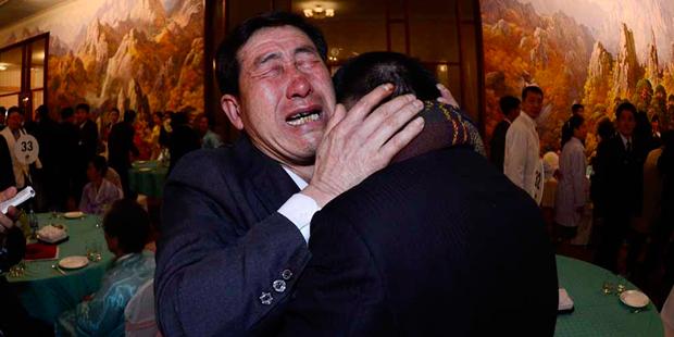 Irmãos se emocionam no reencontro | Korea Pool/Reuters