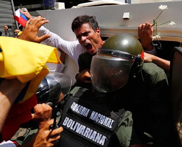 Leopoldo López se entregou à polícia nesta terça-feira na Venezuela | Jorge Silva/Reuters