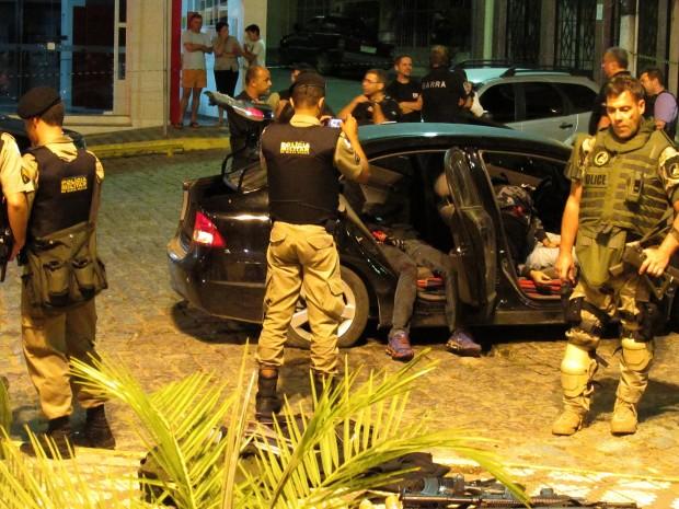 Policiais revistam carro apreendido | Filipe Teófilo/Sigmapress/Folhapress