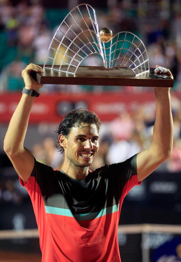 Nadal ergue o troféu do Rio Open   Pilar Olivares/Reuters