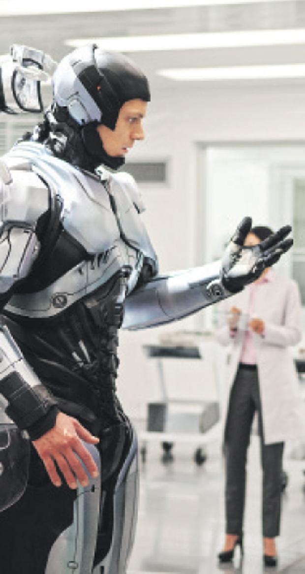 No longa, Robocop surge com armaduras na cor prata, como no clássico de 1987, e preta   Divulgação