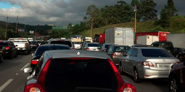 Sem conseguir trafegar, motoristas desligaram os motores / BandNewsFM São Paulo