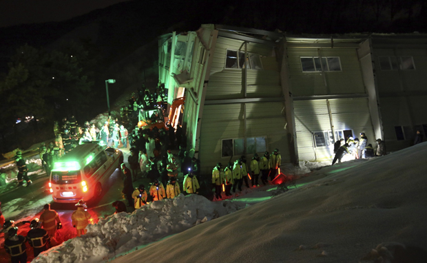 Desabamento aparentemente foi causado por acúmulo de neve no telhado / Lee-Sang-hyun Yonhap / Reuters