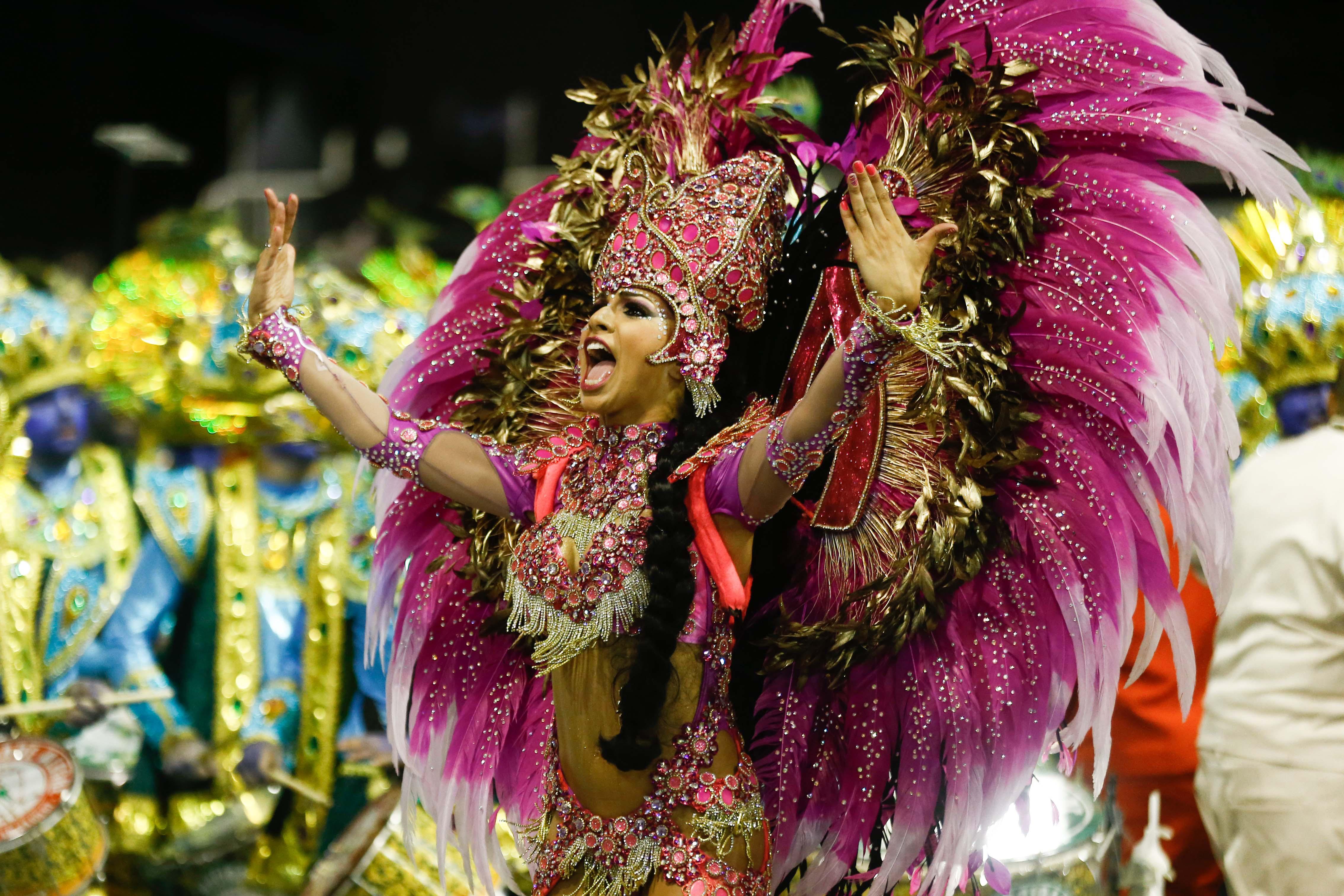 Aline Oliveira, rainha da Bateria da Mocidade Alegre, durante desfile no Anhembi | Avener Prado/Folhapress