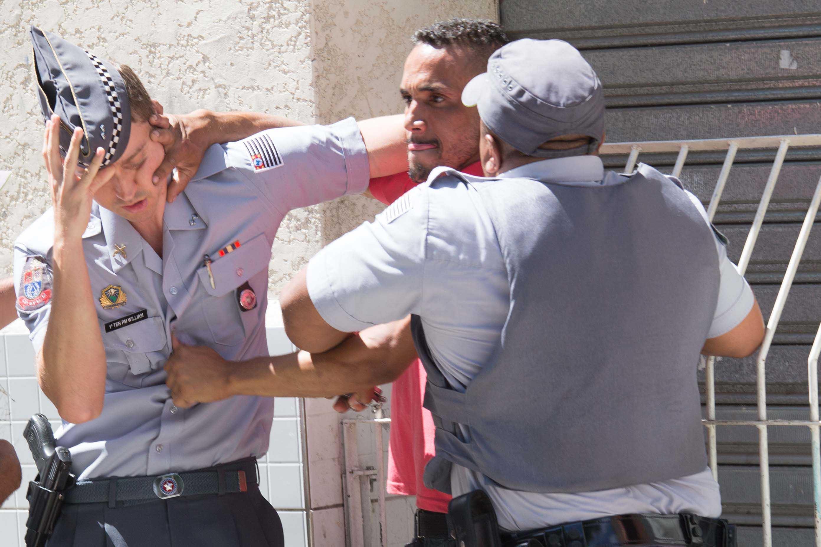 Homem agride policiais após tentar destruir veículo de emissora de rádio | Danilo Verpa/Folhapress