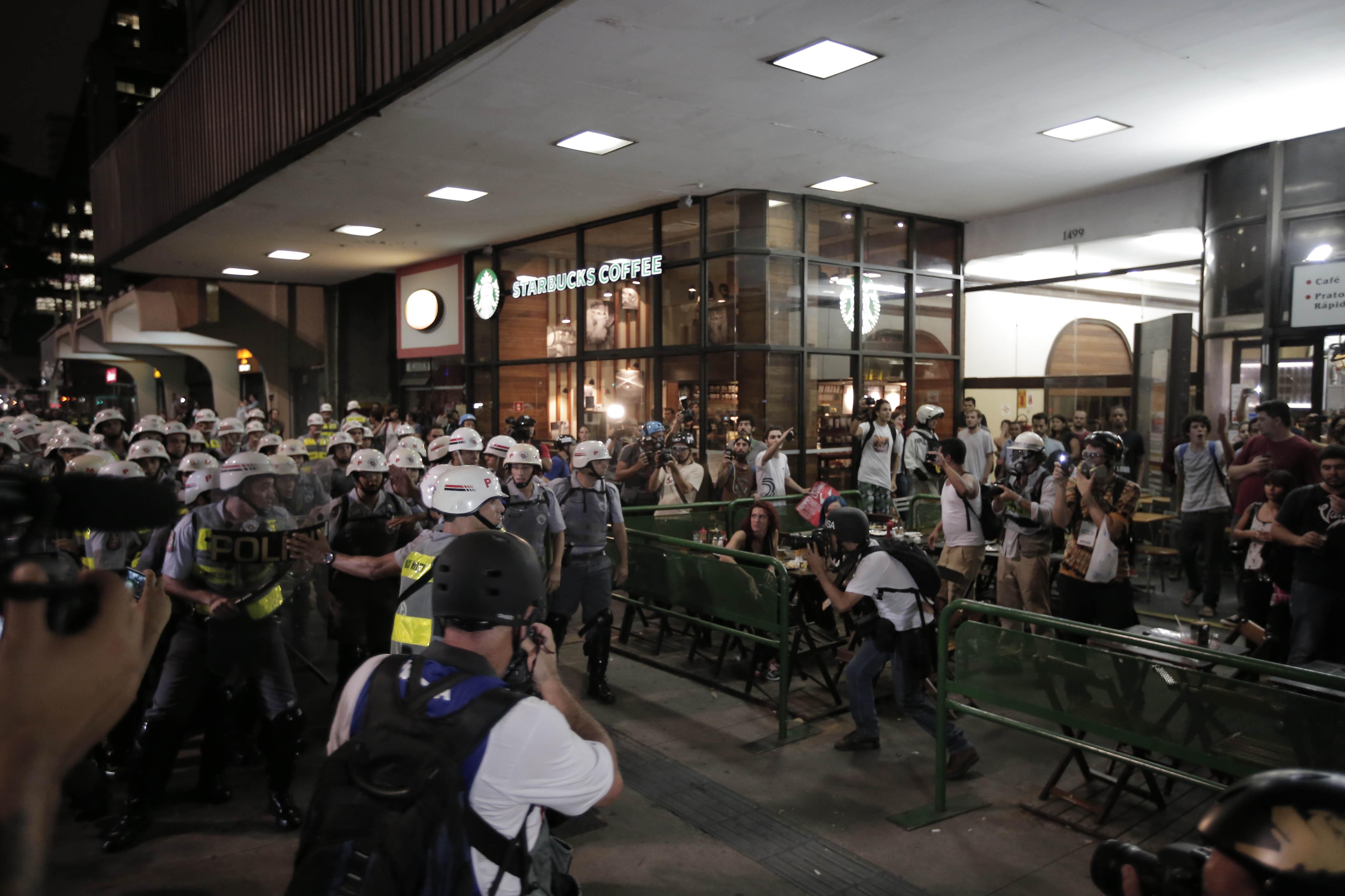 Policiais militares e manifestantes contrários à realização da Copa do Mundo na região da avenida Paulista | Eduardo Anizelli/Folhapress