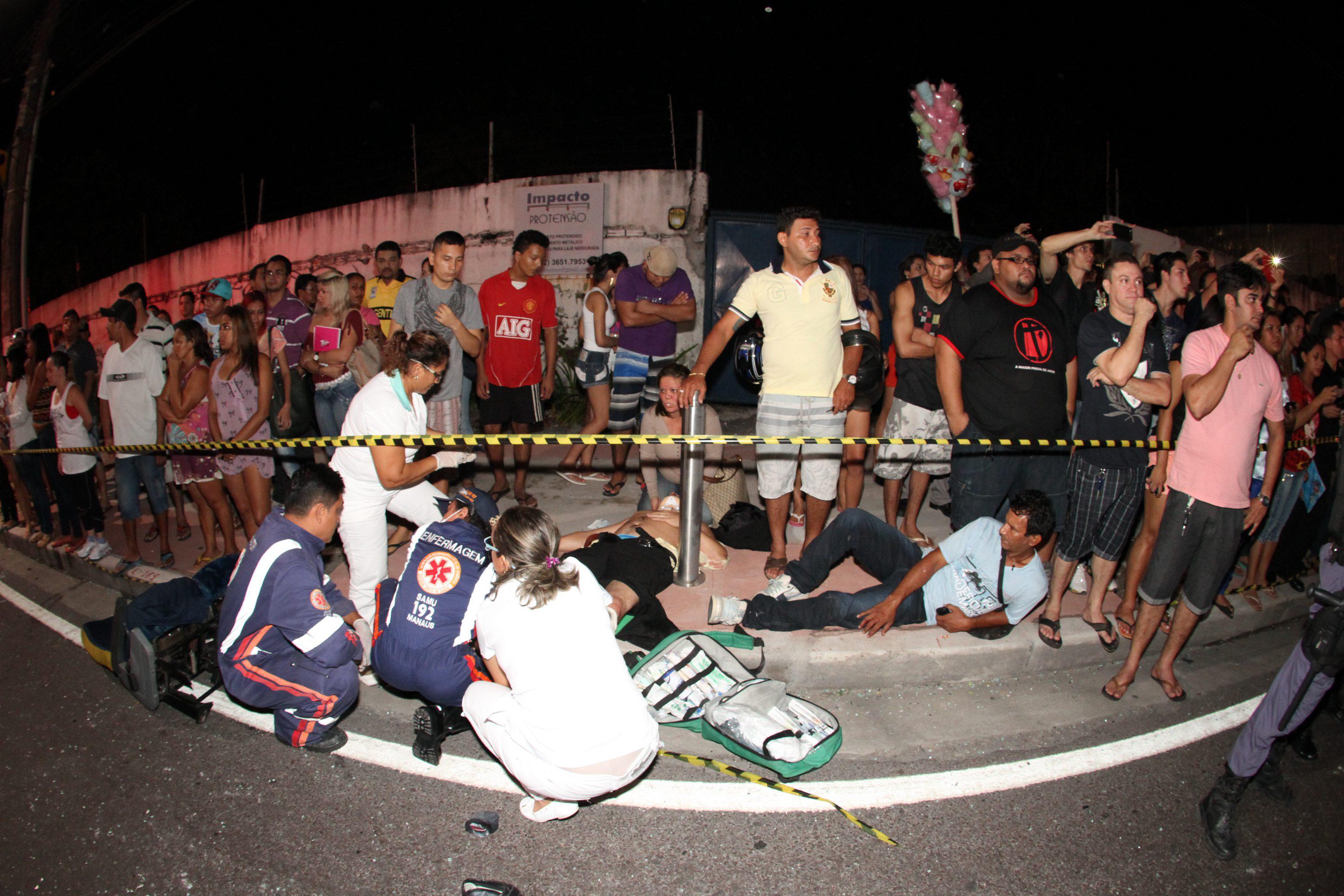 Feridos são atendidos na calçada logo após o acidente | Clóvis Miranda/A Crítica/Folhapress