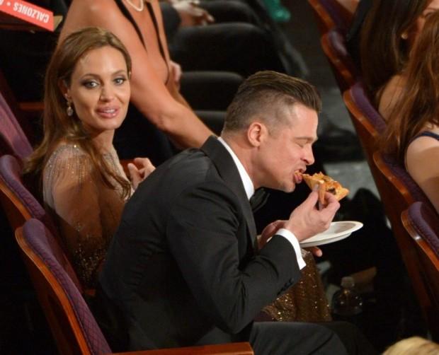 Ao lado de Angelina Jolie, Brad Pitt não fez cerimônia na cerimônia do Oscar e mandou ver na pizza distribuída pela apresentadora da festa, Ellen Degeneres | Reprodução/Faceboook