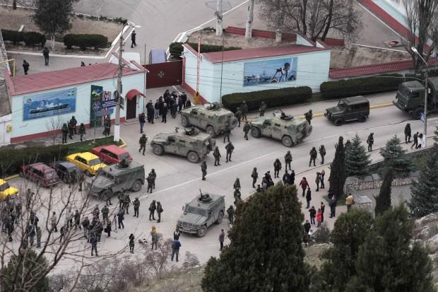 Militares armados e blindados russos ocupam se posicionam na região da Crimeia, Ucrânia | Reuters