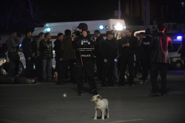 Policiais isolam área de estação de trem chinesa, onde homens armados com facas mataram ao menos 27 pessoas | Reuters