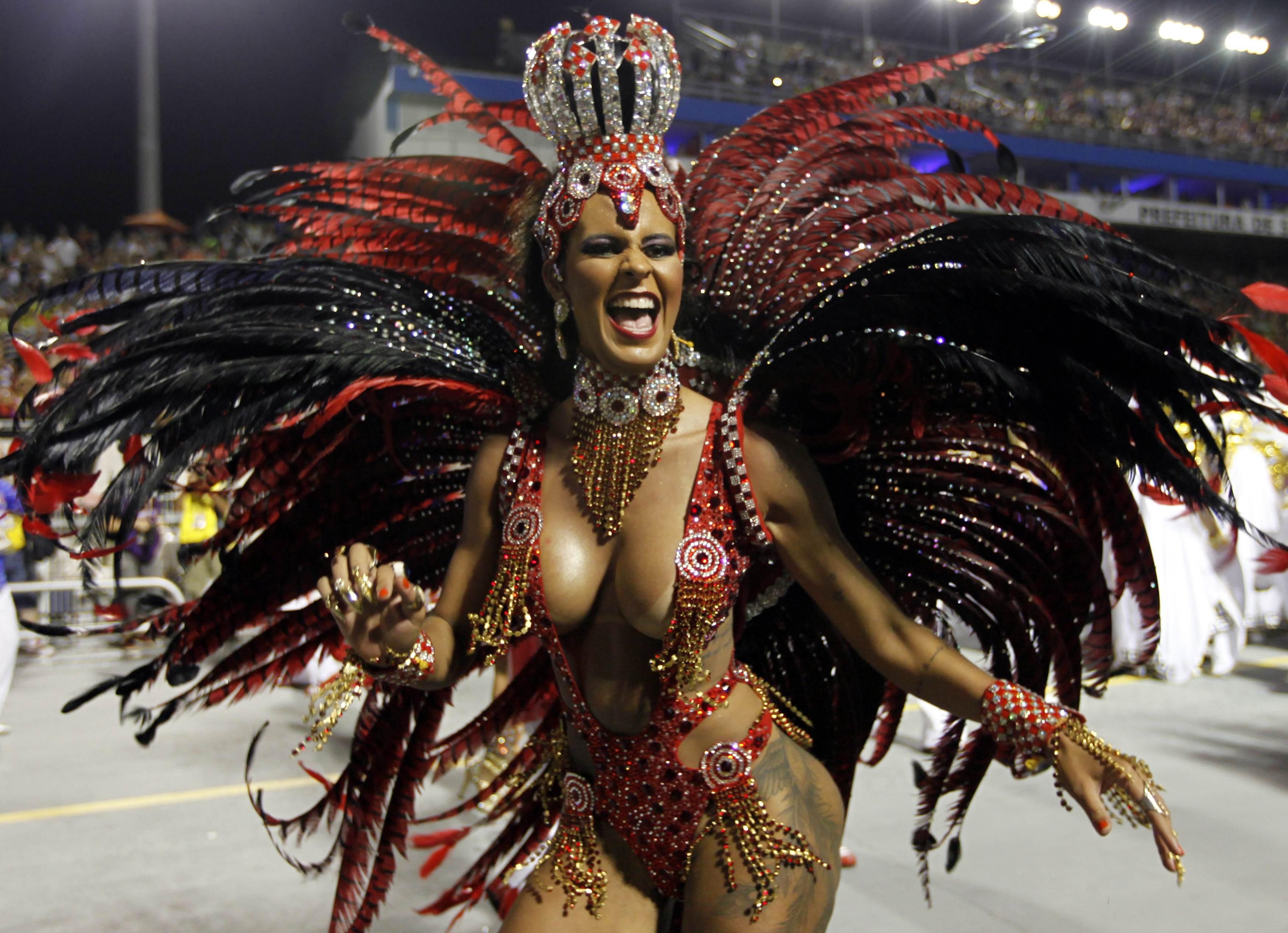 Integrante da escola de samba Pérola Negra durante desfile no Anhembi | Paulo Whitaker/Reuters