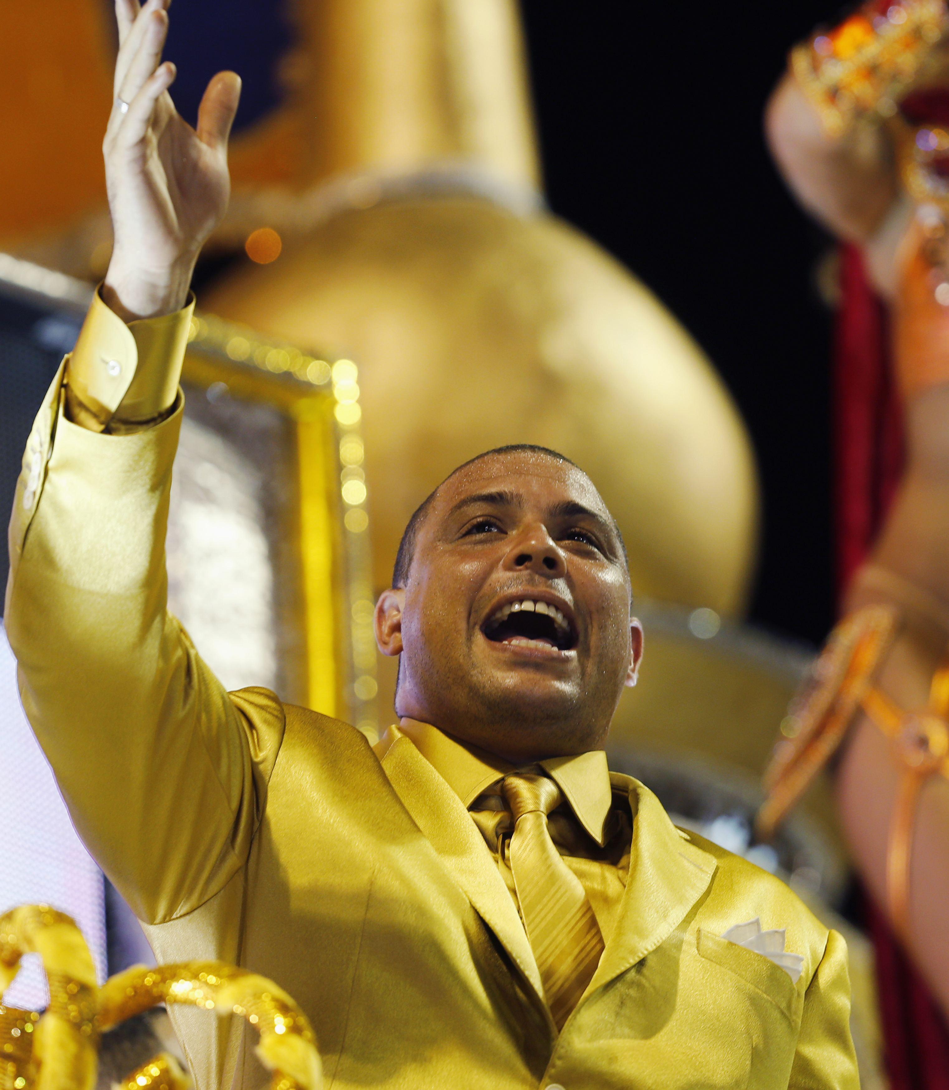 O ex-jogador Ronaldo, homenageado pela escola de samba Gaviões da Fiel, durante desfile no Anhembi | Paulo Whitaker/Reuters